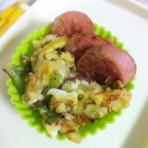 お弁当の彩り☆魚肉ソーセージとねぎの甘たま炒め。