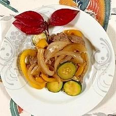 ラム肉、パプリカ、玉葱、ズッキーニの炒め物