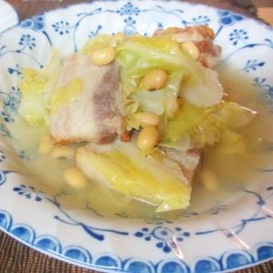 キャベツとベーコンと大豆のスープ