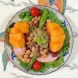 アスパラ、ロースハム、ミックスビーンズ、柿のサラダ