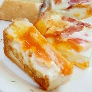 トロっと半熟卵のベーコンエッグトーストパン