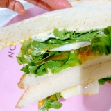 半熟ゆで卵とレタスのサンドイッチ