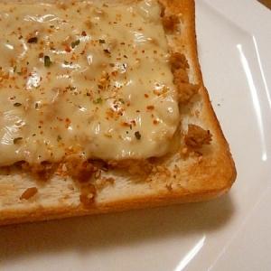 鶏そぼろチーズトースト