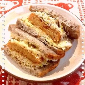 コロッケとアルファルファのサンドイッチ