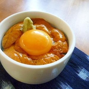 至福のごはん、卵黄で濃厚なウニ丼