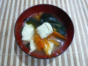豆腐と人参とわかめの和風コンソメスープ