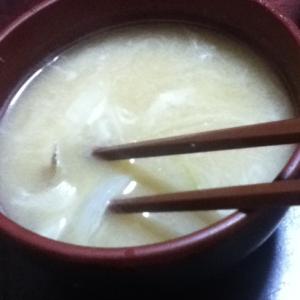 ごぼうと玉ねぎとネギの味噌汁