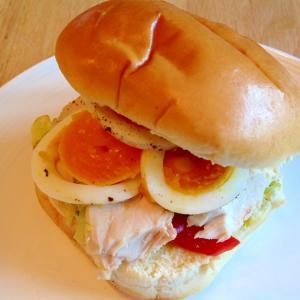 卵と鶏ハムとレタスとパプリカのサンドイッチ