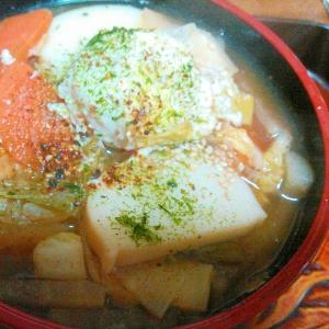 卵とかまぼこ野菜たっぷりの年越し蕎麦