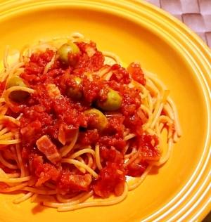オリーブとベーコンのトマトパスタ