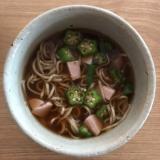 オクラと魚肉ソーセージの温蕎麦
