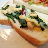 タルタルで ほうれん草とサラダ豆とチーズのトースト