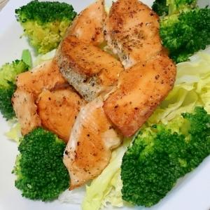 鮭とブロッコリーのカレー風味炒め