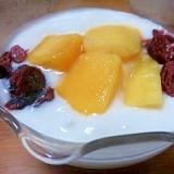 朝食に(^^)冷凍マンゴーとベリーのヨーグルト