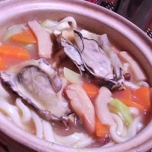 熱々ふーふー、牡蠣の土手鍋風煮込みうどん
