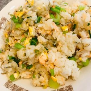 ピリ辛★鮭とかぶの葉、卵の混ぜご飯
