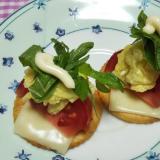 とろけるチーズとトマトと白菜漬と大葉のクラッカー☆