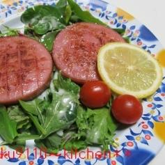 あらびきソーセージステーキ&ベビーリーフサラダ