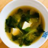 豆腐とわかめと玉ねぎの味噌汁
