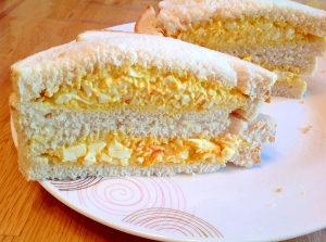 ホースラディッシュ入り卵サラダサンド