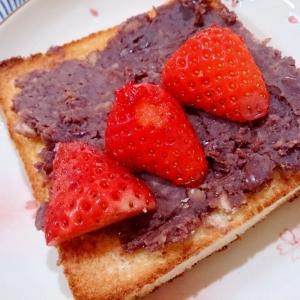 いちご大福みたいな餡子といちごのトースト