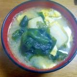 炒り卵入りワカメと麩のお味噌汁