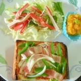 野菜たっぷりピザとカニカマ水菜サラダのプレート♪