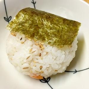麦ご飯と胡麻で鮭のおにぎり♪