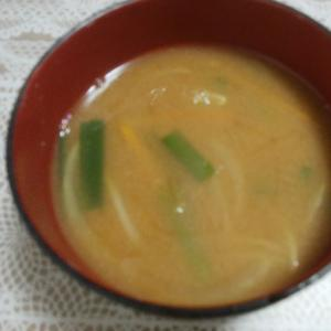ニラと玉ねぎと人参のお味噌汁