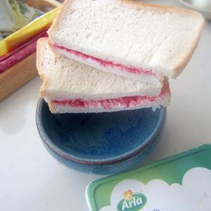 クリームチーズとラズベリーのサンドイッチ