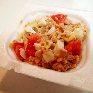 トマトとゆで卵とレタスのひきわり納豆
