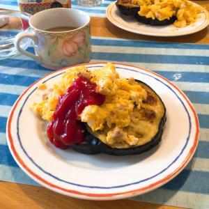 茄子のパンケーキ スクランブルエッグ添え