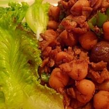 レタスと一緒に☆ひよこ豆と鶏ひき肉の和風カレー炒め