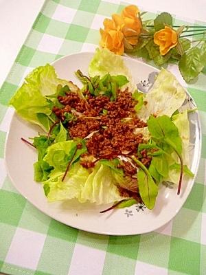レタスとベビーリーフの「肉そぼろサラダ」