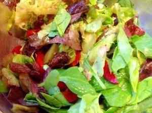 レーズンとピクルス入りグリーンサラダ