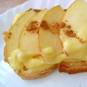 フランスパン(カスタードとリンゴ)