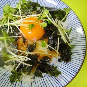 韓国海苔とたくあんの卵かけごはん