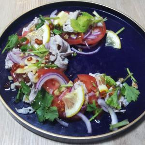 豚とトマトのエスニックサラダ♡