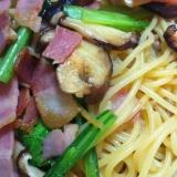 ベーコンと椎茸と小松菜のめんつゆバターパスタ