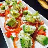 リコッタチーズとトマトとアボカドの前菜サラダ