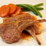 骨付きラム肉のステーキ~ガーリックソース添え