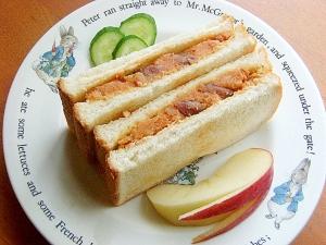 赤い❤ケチャップ入りポテトサラダのサンドイッチ♪