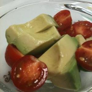 アボカドの変色をトマトでちょこっと防ぐ!