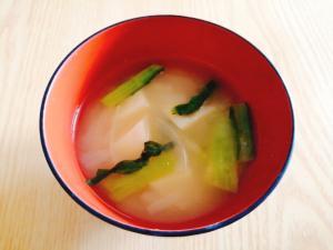 じゃがいもと玉ねぎと小松菜の味噌汁