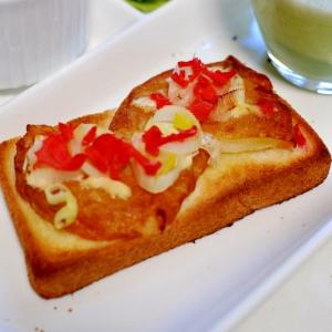 シャキッと玉ねぎ天と刻みねぎと紅生姜のトースト