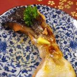 鮭カマのニンニクバター焼き