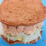 鮭缶と玉ねぎのサンドイッチ