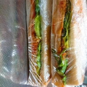 ハムとチーズを卵で包んだサンドイッチ