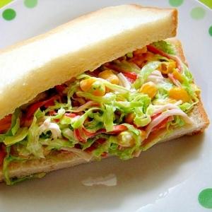 カニカマとコーンのコールスローサンドイッチ
