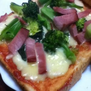 ブロッコリーとスモークハムのピザトースト